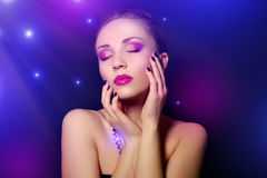 kvinnan med blått spikar och idérik makeup Royaltyfri Fotografi