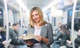 Kvinnan med bokar Royaltyfria Bilder