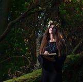 Kvinnan med bokar Royaltyfri Foto