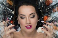 Kvinnan med borstar för makeup Royaltyfria Foton