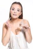 Kvinnan med buteljerar av doft Royaltyfri Fotografi