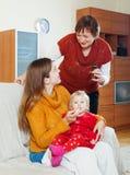 Kvinnan med den mogna modern som att bry sig för sjukt, behandla som ett barn Fotografering för Bildbyråer