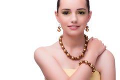 Kvinnan med den pärlemorfärg halsbandet som isoleras på vit Royaltyfria Bilder