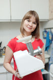 Kvinnan med elkraft finhacka-bearbetar med maskin royaltyfria bilder