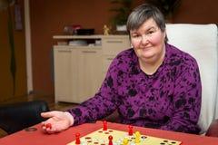 Kvinnan med en disablity framkallar att spela en lek Royaltyfri Foto