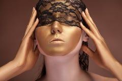 Kvinnan med en guld- modeframsida och snör åt royaltyfria foton