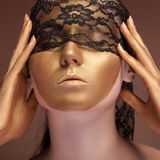 Kvinnan med en guld- modeframsida och snör åt arkivbild