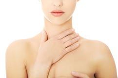 Kvinnan med en hals smärtar Fotografering för Bildbyråer