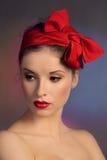Kvinnan med en röd pilbåge Fotografering för Bildbyråer