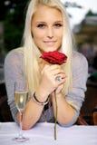 Kvinnan med ett rött steg Fotografering för Bildbyråer