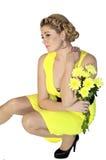 Kvinnan med försiktiga gula blommor Royaltyfria Bilder