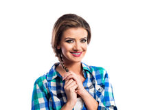 Kvinnan med flätan i blått och gräsplan kontrollerade att le för skjorta Arkivfoto