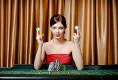 Kvinnan med gå i flisor på kasinot bordlägger royaltyfri fotografi