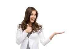 Kvinnan med gömma i handflatan upp och tumma upp arkivfoto