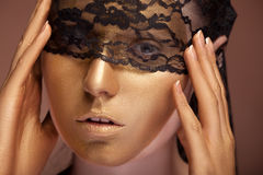 Kvinnan med guld- smink och snör åt på framsida arkivfoton
