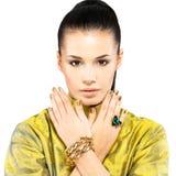 Kvinnan med guld- spikar och ädelstensmaragden Royaltyfri Foto