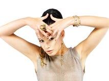 Kvinnan med guld- spikar och härliga guld- smycken Fotografering för Bildbyråer