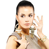 Kvinnan med guld- spikar och härliga guld- smycken Royaltyfria Foton