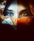 Kvinnan med härliga ögon och skyler royaltyfri bild