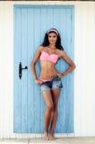 Kvinnan med härligt förkroppsligar i en strandkoja Fotografering för Bildbyråer