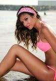 Kvinnan med härligt förkroppsligar på en tropisk strand Royaltyfri Fotografi