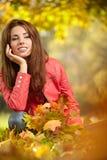 kvinnan med höstsidor i hand och gul lönn för nedgång gar Royaltyfri Fotografi