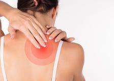 Kvinnan med halsen och skuldran smärtar och skadan, den tillbaka sikten, slut upp som isoleras på vit arkivfoto
