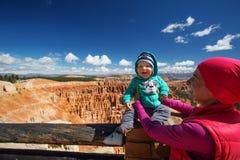Kvinnan med hennes behandla som ett barn pojken fotvandrar i den Bryce kanjonen Fotografering för Bildbyråer
