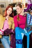 Kvinnan med hennes vän köper Tracht eller dirndlen i en shoppa Arkivbilder