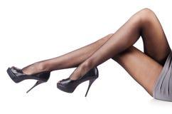 Kvinnan med högväxt lägger benen på ryggen Royaltyfria Bilder