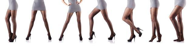 Kvinnan med högväxta ben som isoleras på vit Arkivbilder