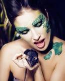 Kvinnan med idérikt smink som orm och tjaller i hennes händer som är hal Royaltyfri Fotografi
