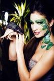 Kvinnan med idérikt smink som orm och tjaller i hennes händer som är hal Royaltyfria Foton