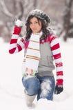 Kvinnan med kastar snöboll i vinter Arkivbild