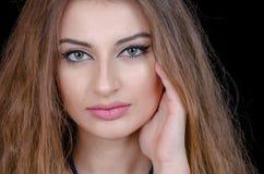 Kvinnan med kontaktlinsen för det gröna ögat och slätar framsidahud Arkivfoto