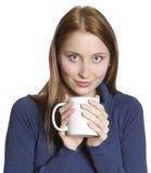 Kvinnan med kuper av tea Royaltyfri Bild