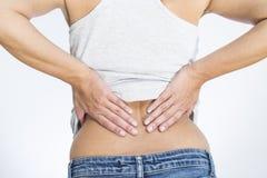 Kvinnan med lägre tillbaka smärtar Fotografering för Bildbyråer