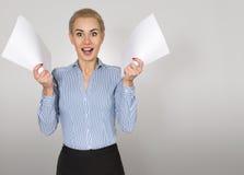 Kvinnan med legitimationshandlingar jublar bakgrund isolerad white Arkivfoto