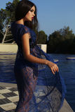 Kvinnan med mörkt hår som bär den eleganta bikinin och, snör åt ämbetsdräkten Royaltyfri Bild