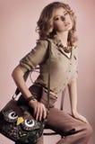 Kvinnan med makeup danar in kläder royaltyfria bilder