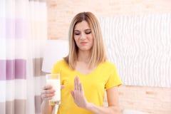 Kvinnan med mjölkar allergi hemma royaltyfri foto