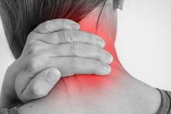 Kvinnan med muskelskadan som den har, smärtar i hennes hals arkivbilder