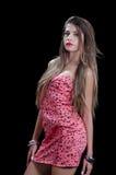 Kvinnan med mycket långt hår som bär svarta stjärnor, skrivar ut tvärt klänningen Fotografering för Bildbyråer