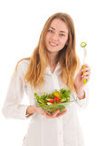 Kvinnan med ny sallad för bantar Arkivfoto