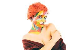 Kvinnan med orange hår och konst utgör isolerat royaltyfri foto