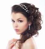 Lyx. Den rika stilfulla brunetten med Pearly pryder med pärlor. Elegantt utforma arkivbilder
