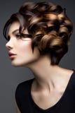 kvinnan med pinnen Glamourstående av den härliga kvinnamodellen med ny makeup och den romantiska krabba frisyren arkivbilder