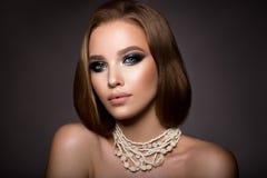 kvinnan med pinnen Glamourstående av den härliga kvinnamodellen med den nya makeup- och romantikerfrisyren arkivfoton