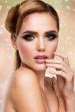 kvinnan med pinnen härlig kvinna för glamourmodellstående Arkivfoton