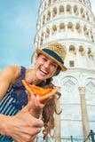 Kvinnan med pizzavisning tummar upp i pisa Arkivfoton
